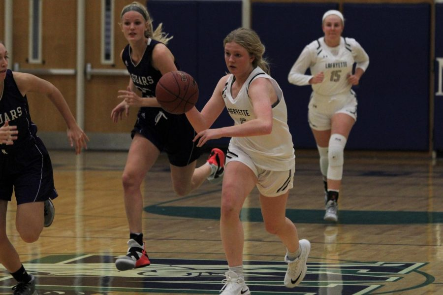 In+a+game+against+Fort+Zumwalt+West+in+the+Marquette+tournament%2C+junior+Brynn+Jeffries+outruns+two+defenders+as+she+makes+her+way+down+the+court.+The+Lady+Lancers+won+the+game+36-35%2C+and+Jeffries+was+named+to+the+All-Tournament+team.