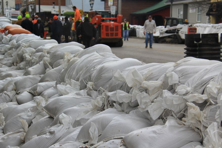 Sandbags+form+a+wall+in+front+of+businesses+in+Downtown+Eureka+after+hours+of+work+by+volunteers.