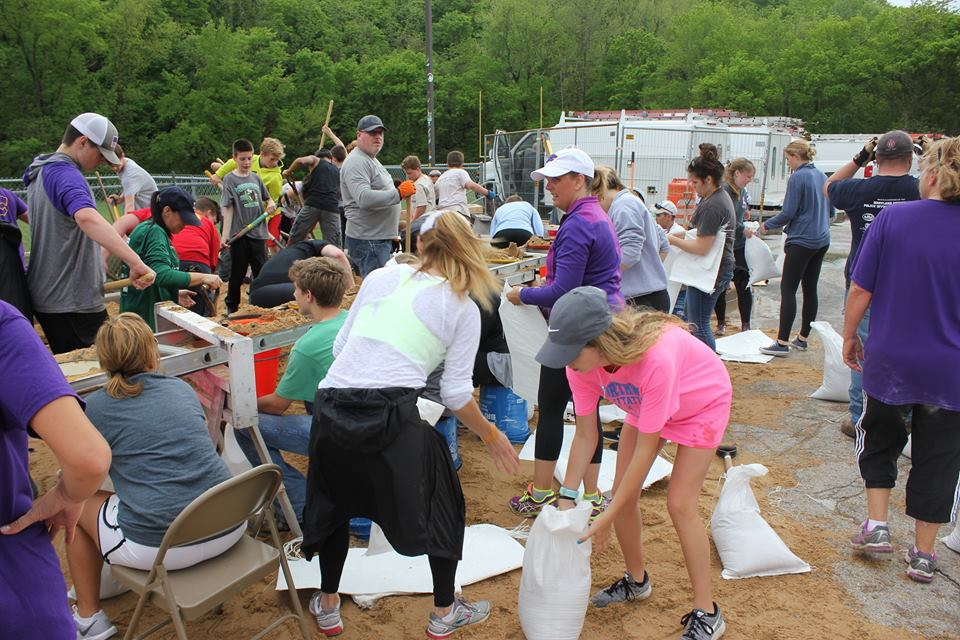 Volunteers+fill+sandbags+at+Eureka+High+School+in+an+attempt+to+keep+water+away+from+the+school.